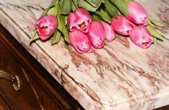 Parte de uma caixa de gavetas velha com uma superfície de mármore fotografia de stock royalty free