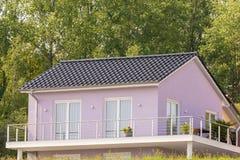 Parte de uma casa com façade lilás e o grande balcão fotografia de stock