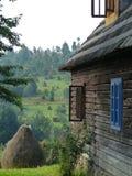 Parte de uma casa de madeira característica do Maramures no norte de Romênia com uma paisagem bucólica na distância Fotos de Stock