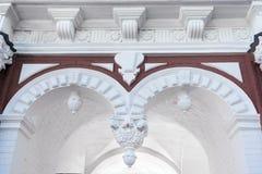 Parte de uma construção arquitetónica com arcos, estuque, pilastras fotos de stock royalty free