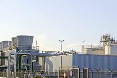 Parte de uma refinaria do petróleo e do produto químico Imagens de Stock