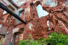 Parte de un edificio de ladrillo abandonado en un fondo de nubes Imagen de archivo