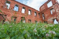 Parte de un edificio de ladrillo abandonado en un fondo de nubes Fotos de archivo