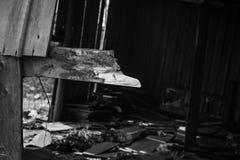 Parte de un edificio quemado blanco y negro abandonado Imágenes de archivo libres de regalías