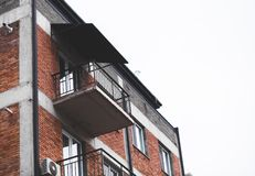 Parte de un edificio de varios pisos moderno fotografía de archivo