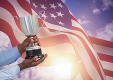 Parte de un hombre que sostiene una taza contra bandera americana que agita stock de ilustración