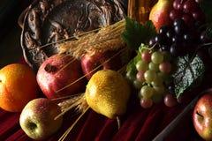 Parte de una aún-vida de la fruta madura, asperjada con agua Imagen de archivo