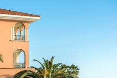 Parte de una casa lujosa en estilo mediterráneo con las palmeras y de espacio de la copia en el cielo azul imagenes de archivo