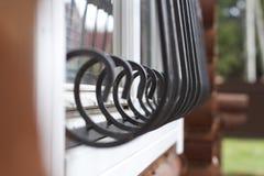 Parte de una casa de madera, barras en la ventana de una casa de madera hecha de barras imágenes de archivo libres de regalías
