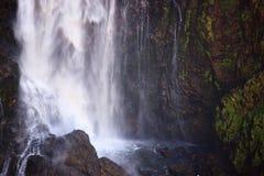 Parte de una cascada muy alta imagen de archivo