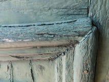 Parte de una puerta vieja con la pintura azul formada escamas fotografía de archivo libre de regalías