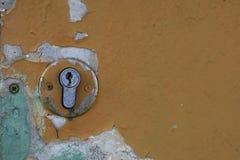 Parte de una puerta vieja con un ojo de la cerradura Foto de archivo