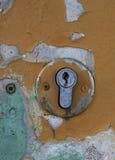 Parte de una puerta vieja con un ojo de la cerradura Imagen de archivo libre de regalías