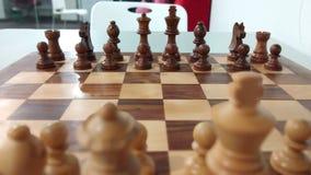 Parte de xadrez de madeira na placa de xadrez pronta para jogar fotografia de stock