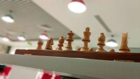 Parte de xadrez de madeira na placa de xadrez pronta para jogar fotos de stock