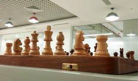 Parte de xadrez de madeira na placa de xadrez pronta para jogar foto de stock