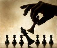 Parte de xadrez movente da mão Foto de Stock