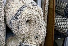 Parte dei tappeti di lana grigi in rotoli fotografia stock