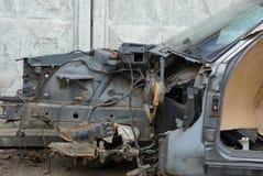 Parte del bastidor del coche negro viejo desmontado en la calle fotografía de archivo libre de regalías