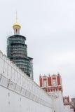 Parte del convento de Novodevichy de la pared en Moscú Imagen de archivo libre de regalías