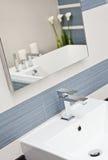 Parte del cuarto de baño moderno en tonos azules y grises Imagenes de archivo