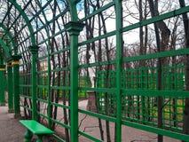 Parte del enrejado arqueado en el parque del jardín del verano en el SP temprano Imagen de archivo