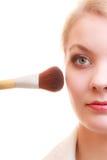 Parte del fronte della donna che applica il dettaglio di trucco del fard del rossetto Fotografia Stock