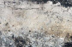 Parte del gesso di sbriciolatura della fattoria sulla vecchia parete con il nero Immagine Stock Libera da Diritti