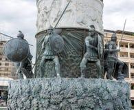 Parte del guerriero della statua su un cavallo, che sta su un piedistallo massiccio che è inoltre una fontana La Macedonia, Skopj fotografia stock