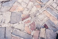 Parte del marciapiede che consiste delle pietre colorate differenti come backg fotografia stock libera da diritti