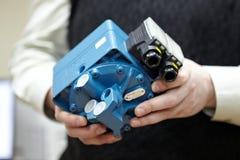 Parte del motore diesel in primo piano delle mani Fotografia Stock Libera da Diritti