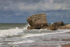 Parte del muro di cemento in mare Fotografie Stock Libere da Diritti