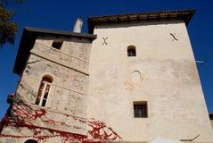 Parte del oeste del castillo con un lado del cielo azul en el pueblo de Strassoldo Friuli (Italia) imagen de archivo