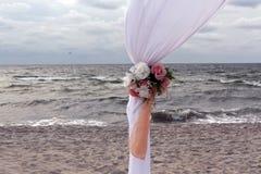 Parte del portone di nozze sulla riva di mare fotografie stock libere da diritti