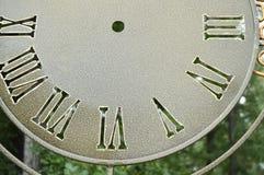 Parte del quadrante, orologi di parete d'annata, quadrante del primo piano con i numeri romani Fotografia Stock