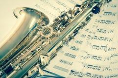Parte del sassofono che si trova sulle note Stile dell'annata immagine stock libera da diritti