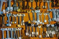 Parte del tablero con las llaves a los cuartos en el hotel viejo en la recepción Fotos de archivo