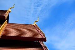 Parte del tetto tailandese del tempio con cielo blu immagine stock