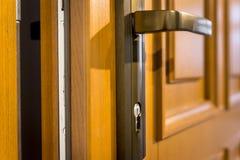 Parte del tirador de puerta de madera de la puerta abierta y del metal Fotografía de archivo libre de regalías
