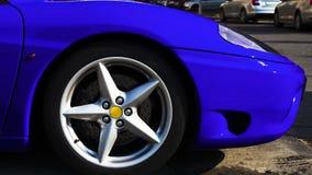 Parte delantera lateral del coche rápido azul metálico brillante fotografía de archivo libre de regalías