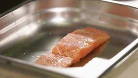 A parte deliciosa de salmões crus está colocando e o suco de limão está deixando cair nele video estoque
