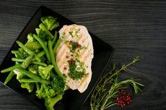Parte deliziosa di petto di pollo con le verdure cotte a vapore Immagine Stock
