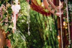Parte dell'arco di cerimonia di nozze, altare decorato con i fiori sul prato inglese Immagini Stock Libere da Diritti