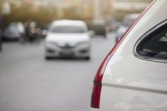 Parte dell'automobile bianca sulla strada immagine stock libera da diritti