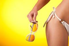Parte dell'ente femminile con il bikini bianco fotografia stock libera da diritti