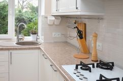 Parte dell'interno della cucina contro la finestra immagine stock libera da diritti