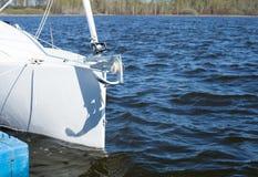 Parte dell'yacht bianco nei precedenti dell'acqua fotografie stock libere da diritti