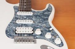 Parte della chitarra elettrica bianca, tiro dello studio una singola bobina di 2 x e 1 x Humbucking Pickguard nero della perla, t fotografie stock
