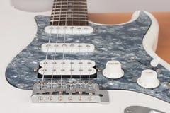Parte della chitarra elettrica bianca, tiro dello studio una singola bobina di 2 x e 1 x Humbucking Pickguard nero della perla, t immagine stock libera da diritti