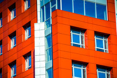 Parte della costruzione moderna della facciata con rosso e blu Fotografia Stock